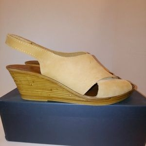 White Mountain Maggie Brown suede wedge 10M